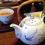 山茶花 - 女性的な急須。 こういうの好きです。