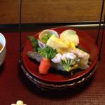 山茶花 - 先付 全体的に甘い味付けで食べやすい。 手まり寿司の中の木の芽がアクセント。