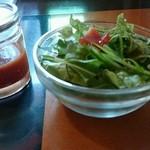 大地のめぐみ - 激辛ソースとセットのサラダ