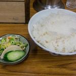 とんかつ八千代 - たっぷりご飯とお漬物