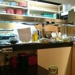 廻転とやま鮨 - テーブル席から厨房を見る