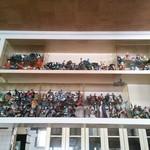 ちゆうすけ - カウンターの上に有るフィギアの棚