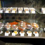 パティスリーモルフォ - 店内シフォンケーキの棚