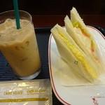 カフェ・ベローチェ - アイスカフェオレ:230円、玉子ポテト野菜ミックス:220円