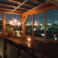 都会の夜景が観れるテラス席