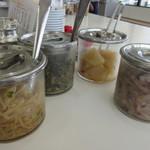 天ぷらのひらお - カウンターに座り食券を渡したら先ずはテーブルに置かれた無料のお惣菜を小皿に運びます。