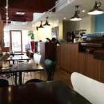 コージーコーヒー - カウンターと、2人掛けテーブルが並びます