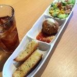 アンティパスタ - 前菜のツナサラダ、ライスコロッケ、ガーリックトースト