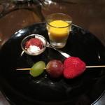 37528974 - チャームの葡萄2種と苺の串と、クリームチーズのストロベリーソースがけ、カボチャのスープ