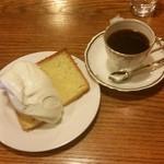 コーヒー・ブリックス - 「ケーキセット (飲み物+300円)」、コーヒーは「ブリックスブレンド (530円)」
