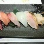はす家 - 寿司ちょっと盛り合わせ¥780(税抜)・天然ぶり+さわら+あじ+赤いか+のど黒炙り+マイ貝+ガス海老
