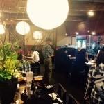 秋田比内や - 店内は地元民や観光客で賑わい!