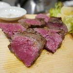 37648858 - 熟成肉のステーキ250g2500円、レモンをかけて食べると美味しい!