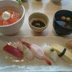 江戸政寿司 - 炙りサーモンクリームチーズ丼と5コのにぎりランチ(1290円)