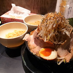 豚人 - とこ豚骨(極太ドラゴン麺3玉、なかまる盛り(全部のせ))