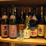 旬彩 伍合 - 焼酎と日本酒のボトル。