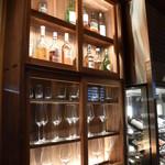 とらや - 洋酒のボトルとグラスが並ぶ。