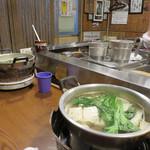 湯どうふごん兵衛 - 具が13種類入った名物の湯豆腐1,300円とお酒のあて的な串焼きものがメインです。 湯豆腐はお一人様でもちゃんと一人一鍋です(笑)。