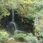 金閣寺不動釜茶所 - 足利義満がお茶を点てた滝の水