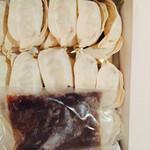 正嗣 - 冷凍した餃子とタレが入ってます 楽天で注文しました ニンニクと生姜が効いて野菜多めタレをつけると ピリ辛で美味しかったです