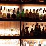 NAGUY BAR - 棚には各種ボトルが並んだ。