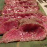 炭火和牛焼肉 じろうや - 見た目は真っ赤ですが、これが青かびでチーズのように発酵熟成させた『旬熟成』の肉の特徴です。                             チーズのような熟成のため、従来のドライエイジングと異なり、脂が酸化しませんね。