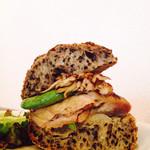パーラー江古田 - チキンと舞茸のオーブン焼き・新玉葱とスナップエンドウ  ごまパン