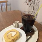キトハルト - オレンジロールケーキ420円とアイスコーヒー400円(アイスコーヒーは4月〜9月のみ)