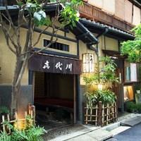 喜代川 - ビルとビルの間に佇む日本家屋の建物