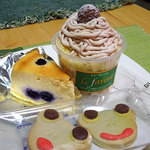 ル ファヴォリ - 料理写真:モンブランのカップケーキ、 ブルーベリーチーズケーキ250円、 かえるのクッキー