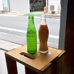 37961014 - 飲料水の木箱がテーブル代わりでした。