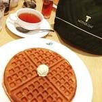 マザーリーフ - ティーワッフルセット☆ モーニングメニューのワッフルと紅茶♪ ティーシロップをかけて頂きます。 ポットサービスの紅茶が嬉しいv(´∀`*v)