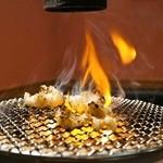 ホルモン和 - シマチョウを七輪で焼きます