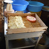 大平製麺 - 料理写真:ピンクの皿で麺を計量して蒸篭に並べています。