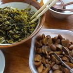 長浜ラーメン - 食べ放題の高菜とニンニク