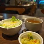 听屋 - セットのサラダ、スープ、香の物