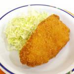 銀杏メトロ食堂 - チキンチーズカツ。ほんのり塩味、ウスターソースに合います