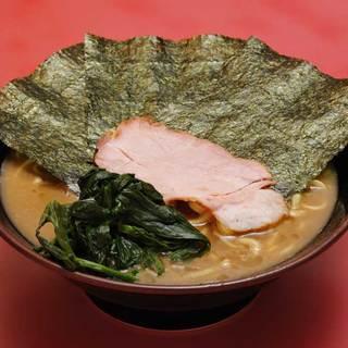 王道家 - 料理写真:ラーメン:650円。パンチのきいた切れのあるスープにもちもちの麺が絶妙に絡み合う。家系の王道の味。