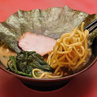 王道家 - 料理写真:自家製の太麺は家系の濃厚スープと相性抜群です。