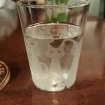 38229479 - お水のグラスも猫ちゃん