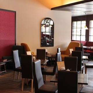 あたたかい日差しが差し込む開放的なカフェ空間