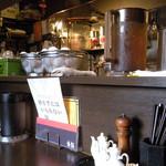俵飯 - カウンター席とカスター