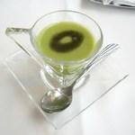 38252108 - そら豆とグリーンピースの小さな冷たいスープ