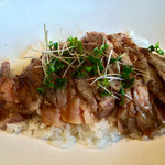 ステーキハウス - 牛リブロース肉のステーキ丼 焦がしバターとニンニン醤油