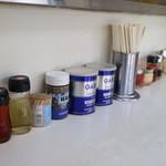 おがわ屋 - テーブルにある薬味の数々