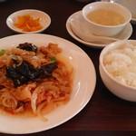 西安刀削麺酒楼 - 西安風豚肉と新玉ねぎの炒め定食