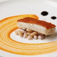 『チョリゾを纏った本日の魚のロースト イカとココ豆のラグー』 ※コースの1品です。