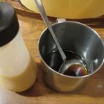 HERO'S ステーキハウス - にんにく醤油ソース、サラダ用ドレッシング