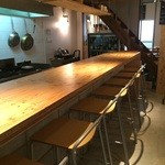 加古川ワインバル - 入ってすぐにカウンターが延びます、一番奥に席を取りました