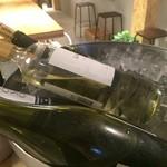 加古川ワインバル - 白のグラスワインがクーリングされています